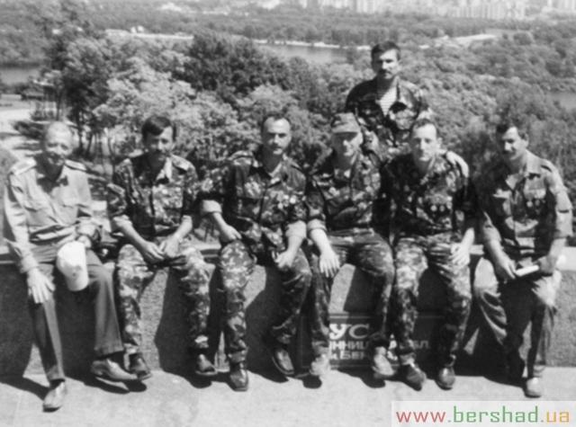 Знімку зліва направо ветерани війни